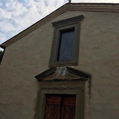 La facciata modesta della chiesa non rende giustizia alla misteriosa bellezza degli interni.