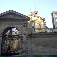 Portail principal et l'église en arrière plan