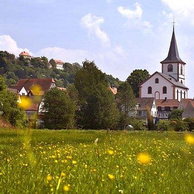 Der Kirchturm von Reichelsheim im Odenwald ist weithin zu sehen.
