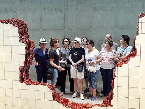 Guia Adrianne e Grupo Viaje Mais Melhor Idade apresentada obra da Artista Adriana Varejão no Inh