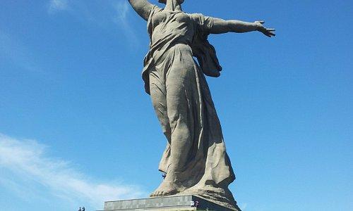высота статуи Родины Матери в Волгограде без меча составляет 52 метра, а вместе с мечом целых 85