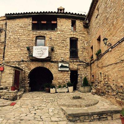 Entrada del Restaurant Montfalcó dentro de Muralla