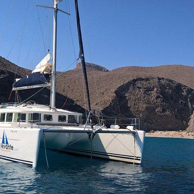 Catamaran con 4 Camarotes dobles , 4 baños , Salon con cocina.Capacidad hasta 11 pax + patrón