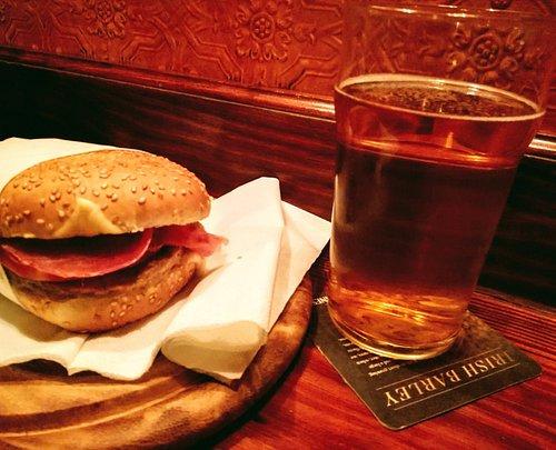 Un panino e una birra con amici