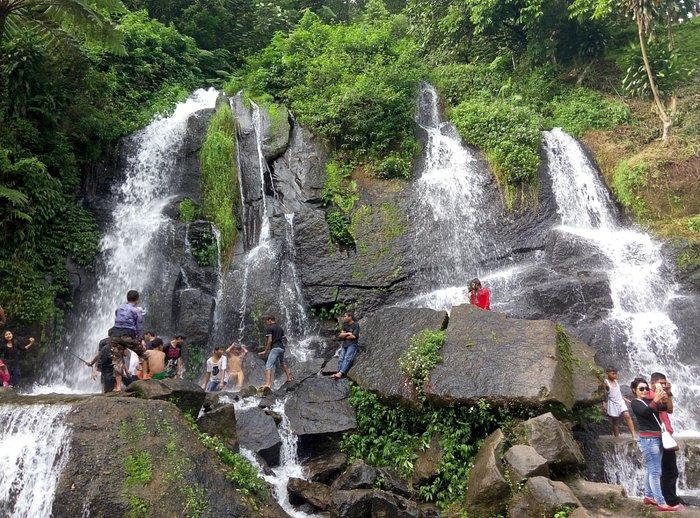 Ini air terjunnya, dan jalan baliknya harus naik tangga, lumayan ngos-ngosan :)