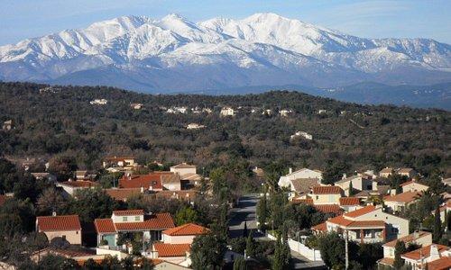 Vue sur le Canigou depuis la tour de Laroque des Albères