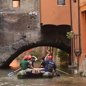 Navigazione in gommone sul Canale Reno-Moline a Bologna