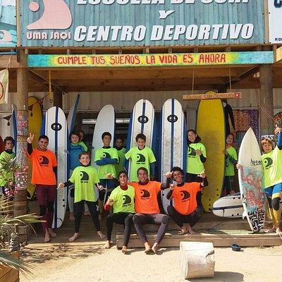 mi hijo y amigos en clases de surf , excelente