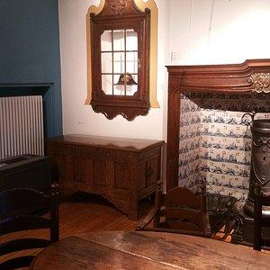 Ein Zimmer mit altertümlicher Einrichtung