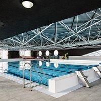 La piscina interna in un ambiente luminoso, molto pulito e dotato di grandi spazi.