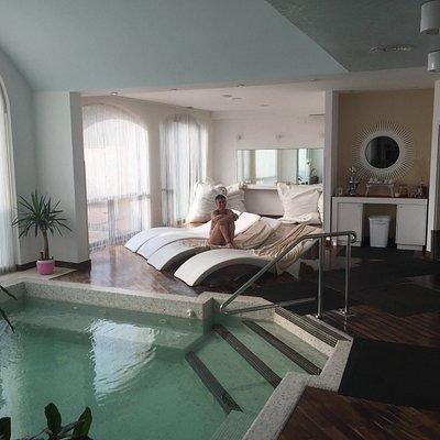 Piscina con acqua calda e idromassaggio e zona relax