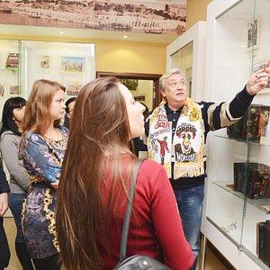Директор музея Саратовской гармоники рассказывает об уникальных экспонатах, представленных в муз