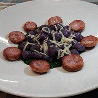 Gnocchetti di patate viola con crema di broccolo fiolaro, salsiccia e provola piccante