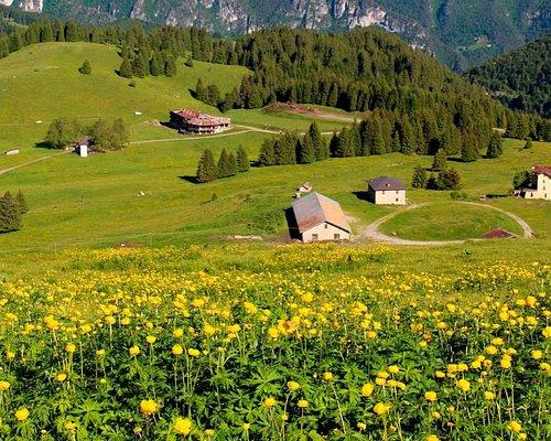 Panorama della Conca di Tremalzo in piena estate con i pascoli fioriti e vista sulle malghe