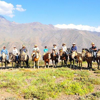 turistas con cabalgatas inti