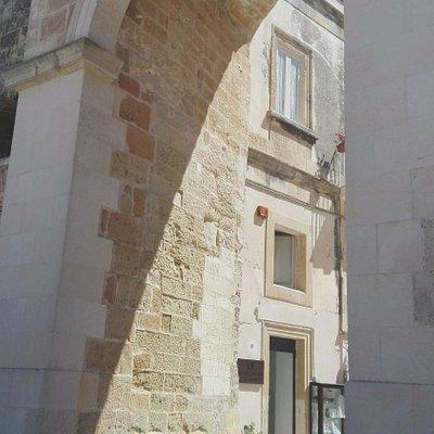 vista esterna arco Porta Terra Shop Atelier Roberta Risolo Art Jewels