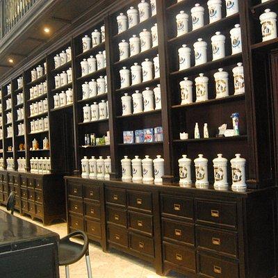 Estanterias con frascos para ünguentos y preparaciones