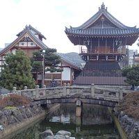 堀と鐘楼と寺務所の建物