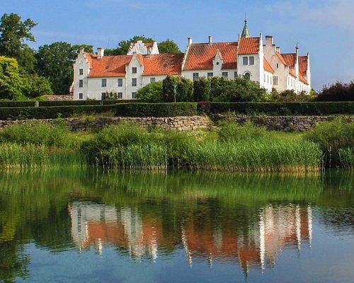 Bosjökloster ligger på en halvö i Ringsjön, mitt i Skåne