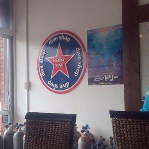 店内。ダンクとマリンスターという2つの店名が。