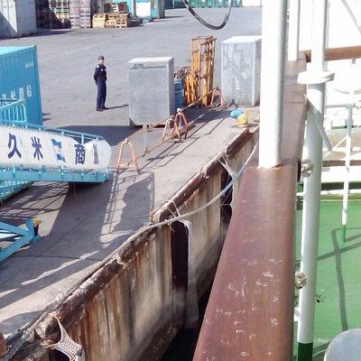 久米島行きの船の、那覇港離岸の瞬間。
