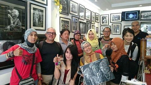 Mai Loc pemilik galeri bersama teman2x..