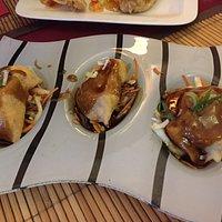 Entrées chaudes : croissants de crevettes et raviolis frits. Un régal.