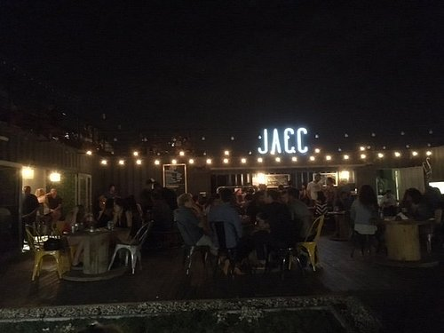 Desde el jardín de entrada de JACC