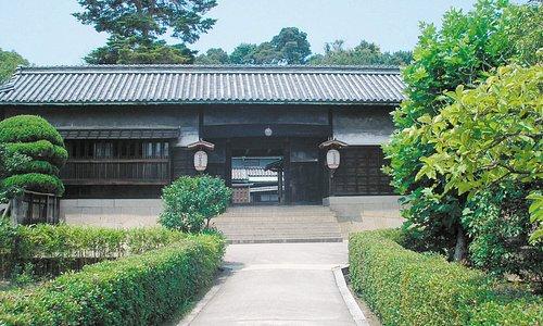 長屋門(Nagaya-mon)。施設の入り口です。