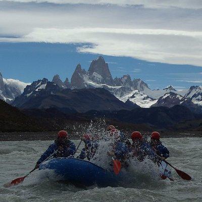 Bajada del Rio de las Vueltas con Rafting El Chalten. De fondo, los Cerros Fitz Roy y Torre