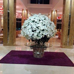 Entrada, vestíbulo, con un enorme ramo de flores que huele estupendamente.