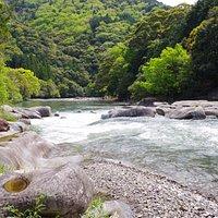 渓谷を流れる川の流れ