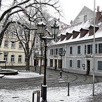 St Martinsplatz mit der martinskirche und dem martinsbrunnen