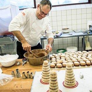 Der deltager alle i fremstillingen af de forskellige specialiteter, fyldte chokolader, flødeboll
