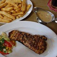 Krutí steak se steakovými hranolkami + pepřová omáčka