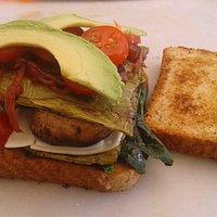 Sandiwch Veggie: Pan integral con una cama de espinaca, nomal, queso manchego, champiñon aguacat