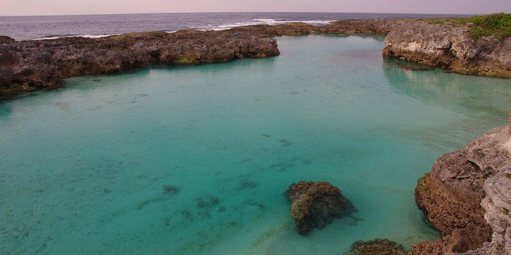 珊瑚礁に囲まれたビーチです