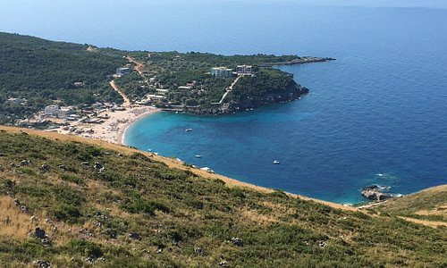 Il mare più bello di tutta l'Albania ,spiagge attrezzate con lettini e ombrelloni di paglia circ