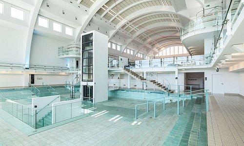 Intérieur de La Cité Miroir : l'ancien hall des bassins est devenu un espace d'exposition.