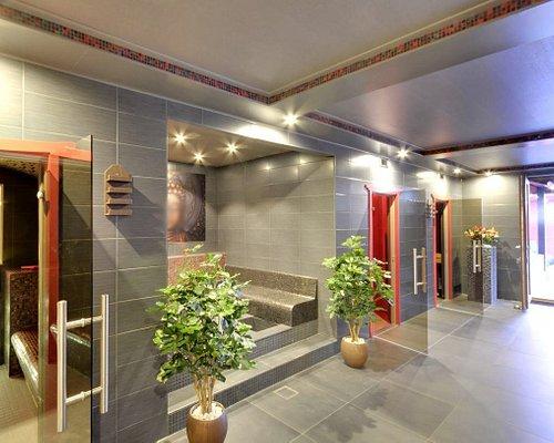 Binnenruimte Sauna Ishidoro met o.a. stoomcabine, voetenbaden, infraroodsauna en bio-sauna