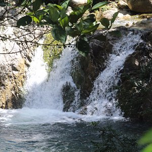 Hermosa Cascada de agua cristalina