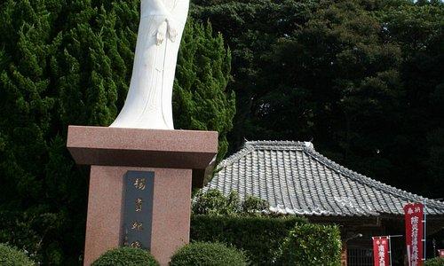 楊貴妃像、後ろの建物は二尊院。