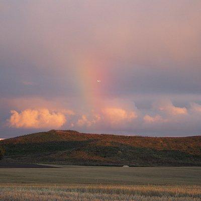 Радуга на закате в октябре над холмами Клостеренг