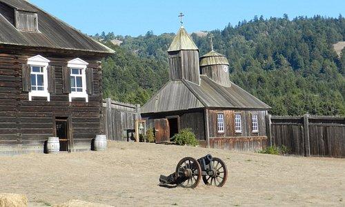 Церковь, пушка, слева дом Кускова