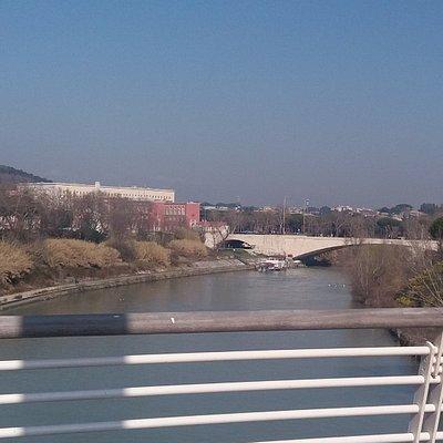 """Roma - Il Tevere e Ponte """"Duca d'Aosta"""" visti dal """"Ponte della Musica""""."""
