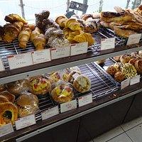 店内と種類豊富なパン