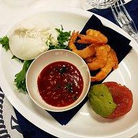 Antipasto misto: burrata con gamberi, tempura di gamberi con salsa messicana e tartare di tonno