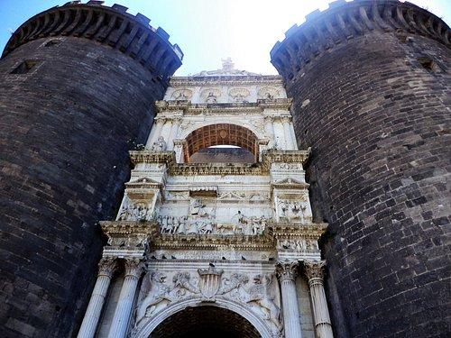 Триумфальная арка крепости Маскьо Анджоино или замок Кастель-Нуово