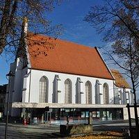 Kamenz-Information mit der Sakralkirche St. Annen/ Sakralmuseum im Hintergrund
