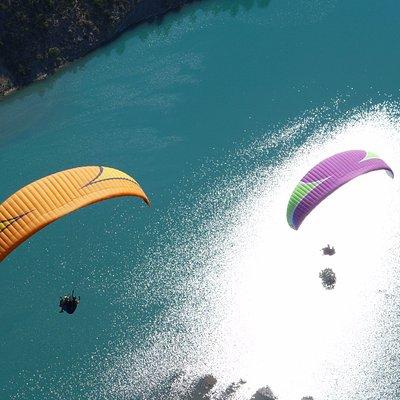 Vol en couple en parapente au dessus du lac de Castillon Verdon, entre le Val d'Allos et Castell